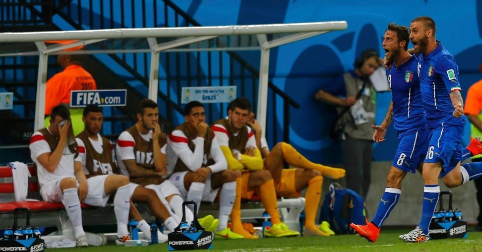 Claudio Marchisio e Daniele De Rossi comemoram gol da Itália enquanto passam em frente ao banco de reservas da Inglaterra