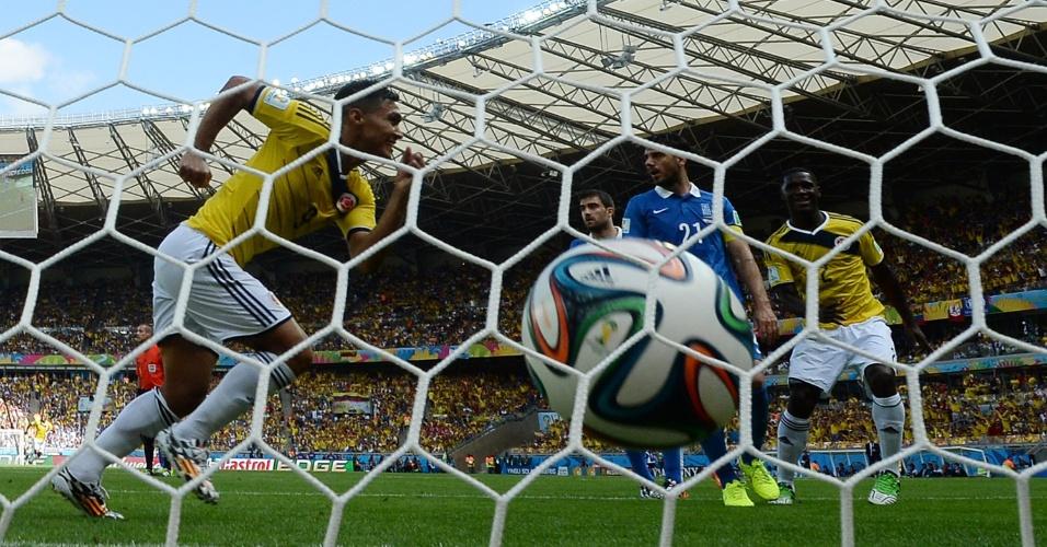 Colômbia chega ao segundo gol contra a Grécia em sua estreia na Copa do Mundo, no Mineirão