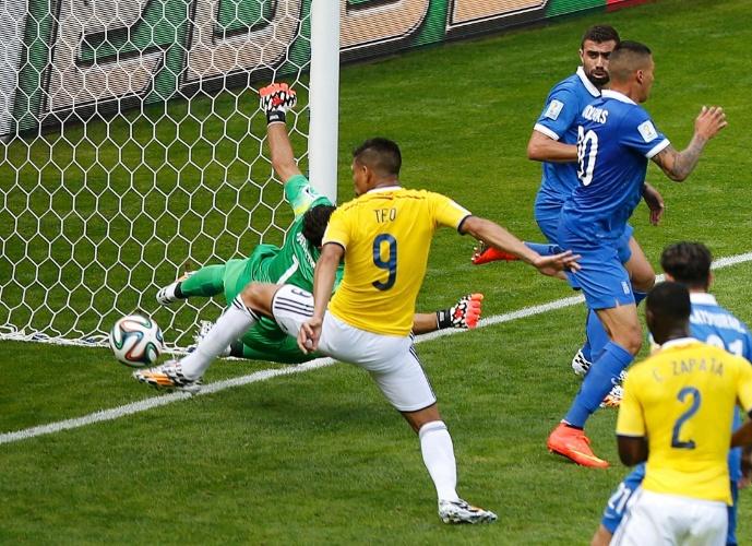 Colômbia chega ao segundo gol contra a Grécia. Gutierrez marcou