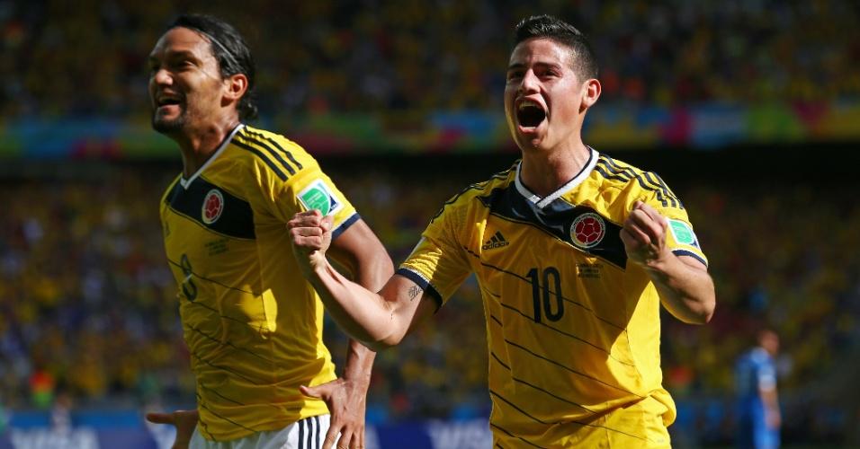 Colombianos comemoram o terceiro gol, marcado por Rodriguez, contra a Grécia, na estreia da Copa do Mundo