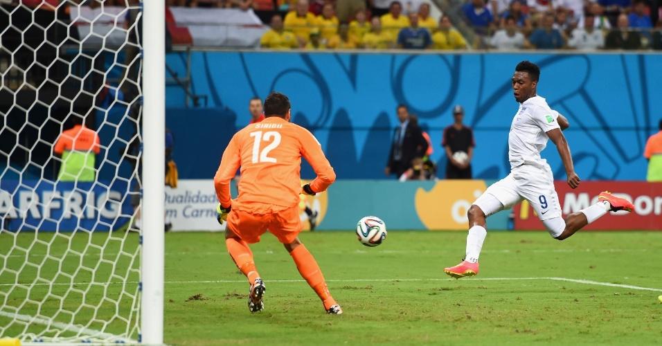 Daniel Sturridge aproveita cruzamento e empata o jogo para a Inglaterra, logo após levar o gol da Itália