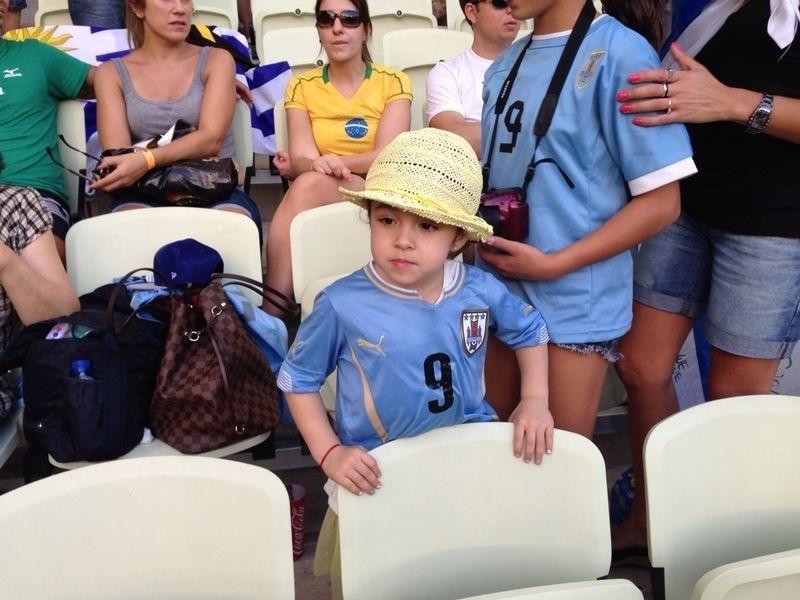 Delfina, filha de Luis Suarez, assiste à partida entre Uruguai e Costa Rica
