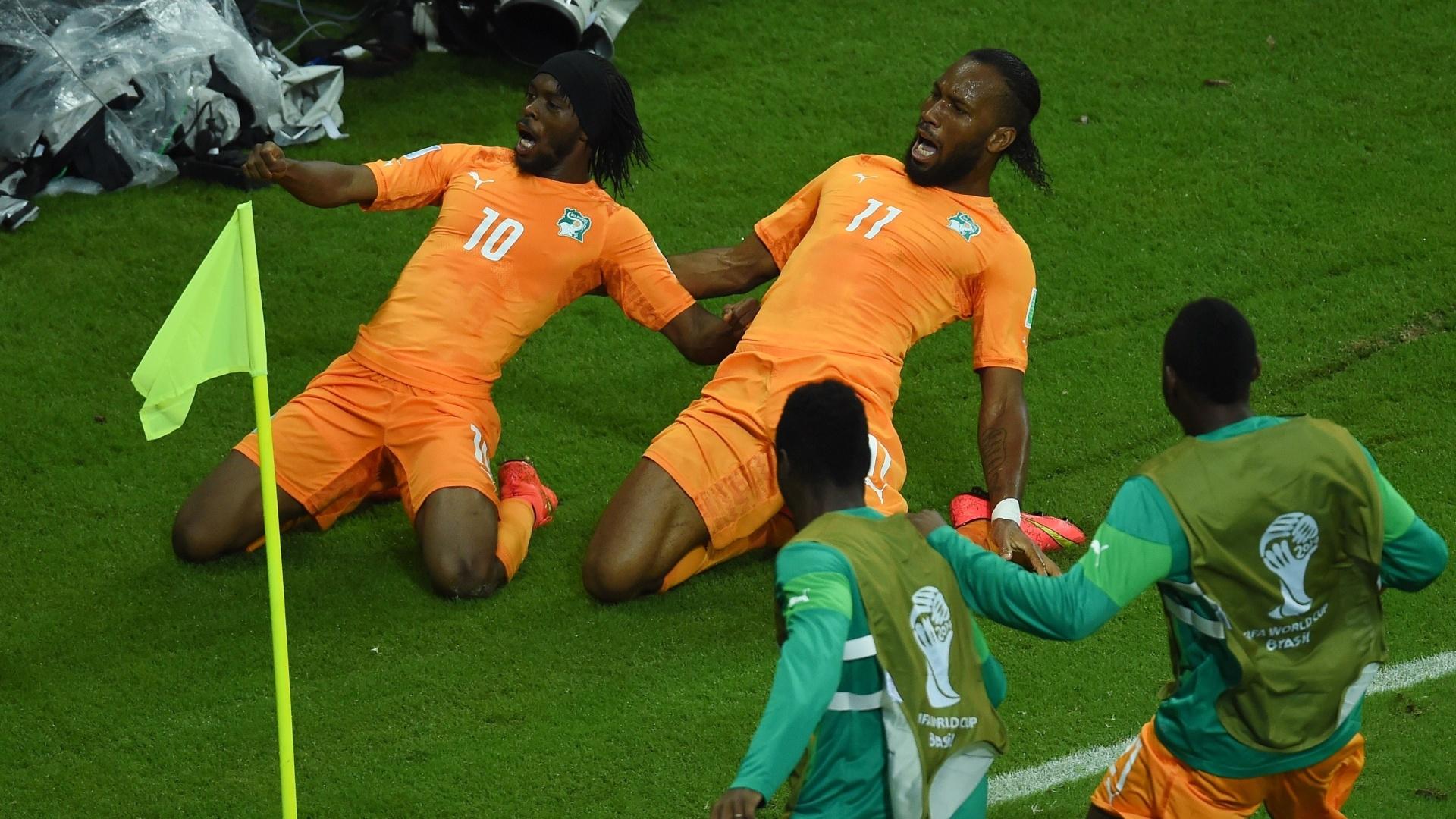 Didier Drogba e Gervinho comemoram a virada da Costa do Marfim sobre o Japão na Arena Pernambuco