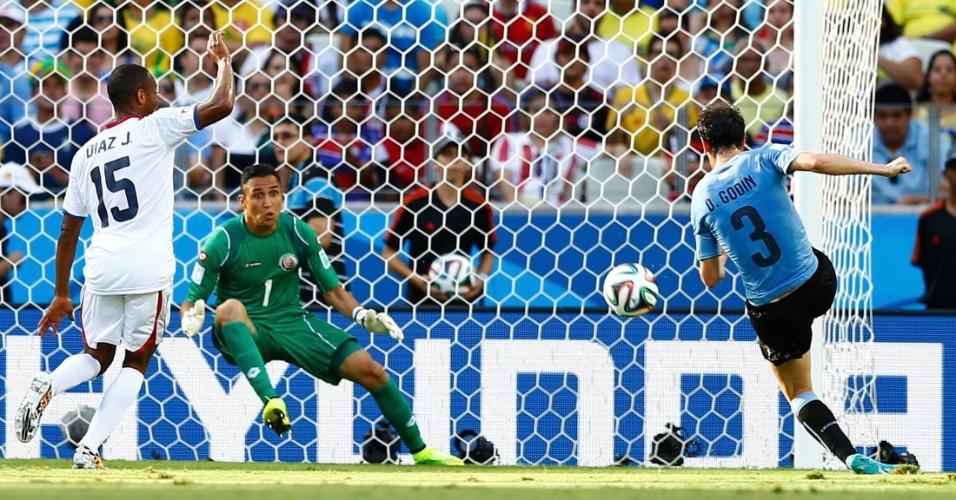 Diego Godin marca para o Uruguai, mas a arbitragem anula o gol após marcar impedimento