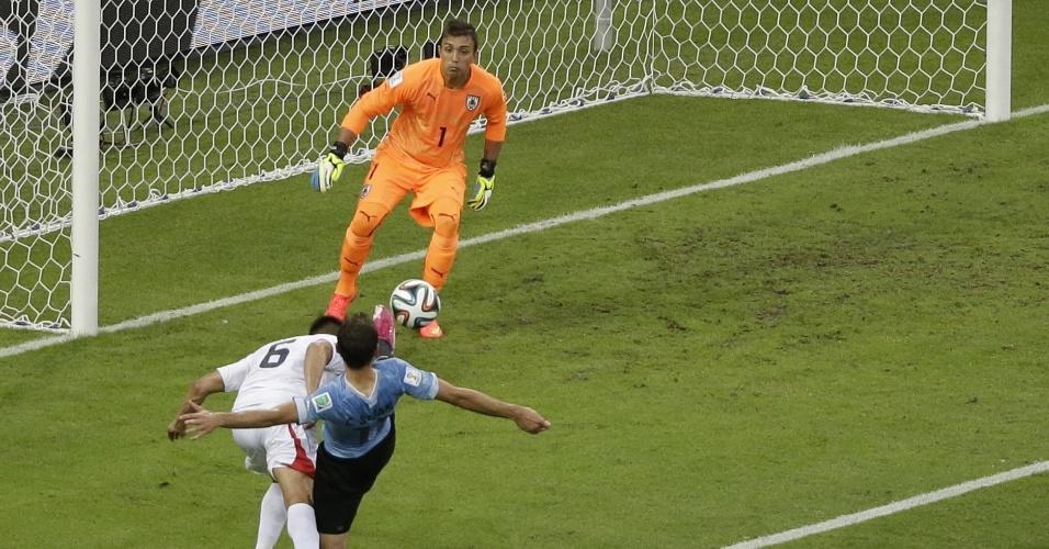 Duarte mergulha, consegue acertar uma excelente cabeçada antes da chegada do defensor uruguaio e marca o segundo gol da Costa Rica na vitória sobre o Uruguai