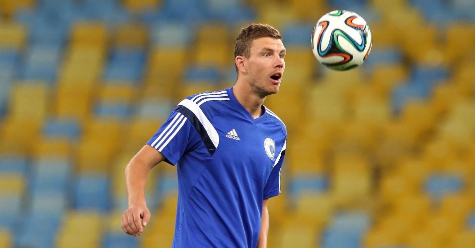 Edin Dzeko, atacante da Bósnia e do Manchester City, treina antes do jogo contra a Argentina, neste domingo.
