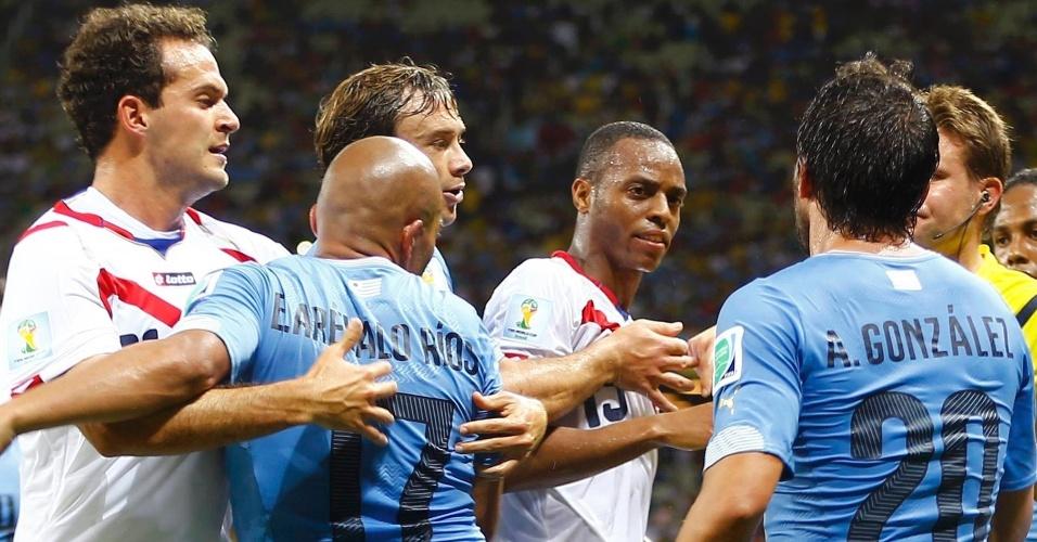 Entrada violenta de Max Pereira gera empurra-empurra entre jogadores de Costa Rica e Uruguai