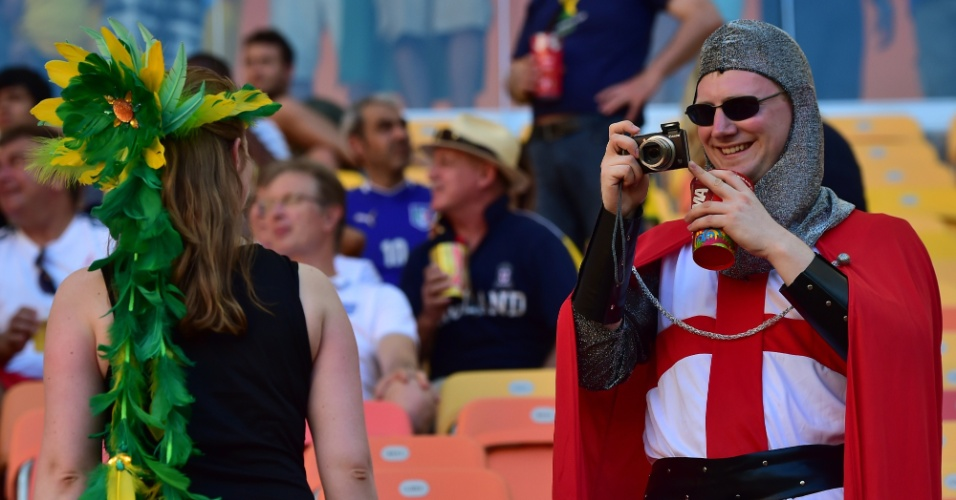 Fantasiado de cavaleiro, torcedor da Inglaterra tira foto de mulher nas cadeiras da Arena Amazônia