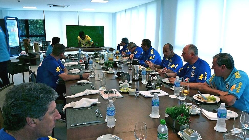 Felipão e a comissão técnica assistem à partida entre México e Camarões. O detalhe: na Band