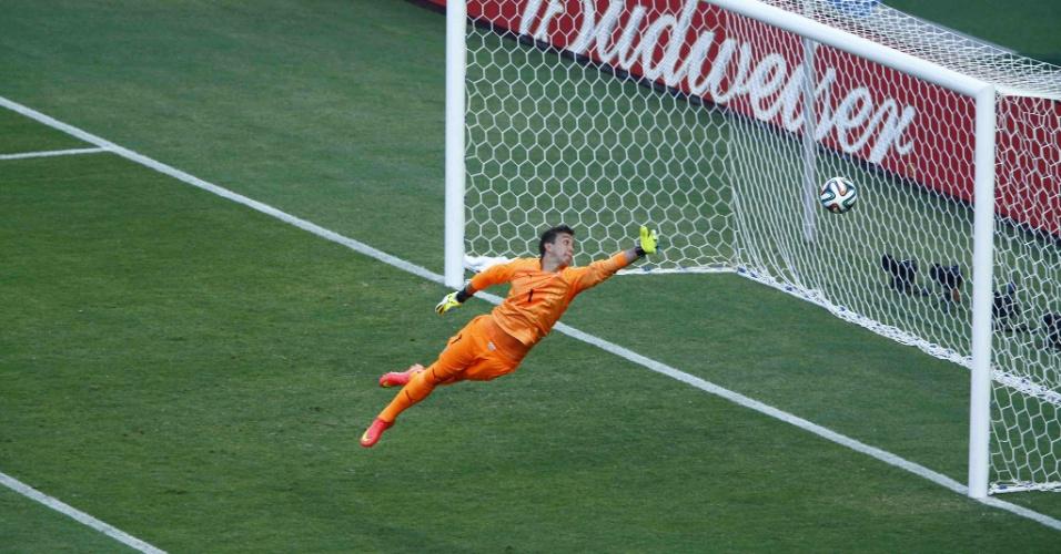 Fernando Muslera se estica para tentar fazer defesa na partida entre Uruguai e Costa Rica