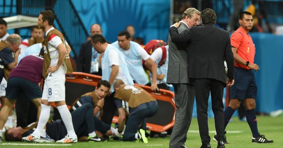 Gary Lewin, fisioterapeuta da seleção inglesa, se contundiu ao tentar correr para comemorar o gol e teve que ser atendido por médicos deitado no gramado da Arena da Amazônia