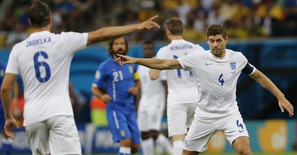 Gerard orienta companheiros de Inglaterra no início da partida contra a Itália