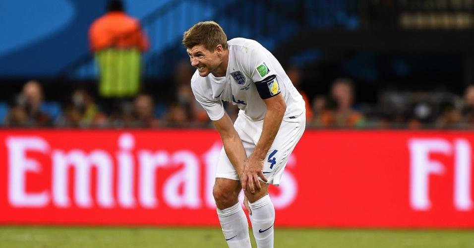 Gerrard leva a mão ao joelho na derrota da Inglaterra para a Itália por 2 a 1