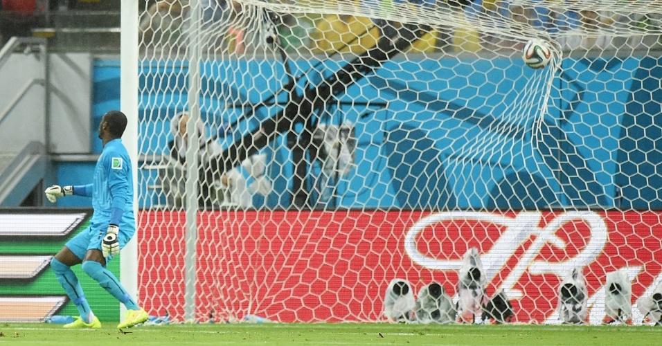 Goleiro Barry apenas observa a bola entrar no gol após bela finalização de Honda, que colocou o Japão na frente da Costa do Marfim