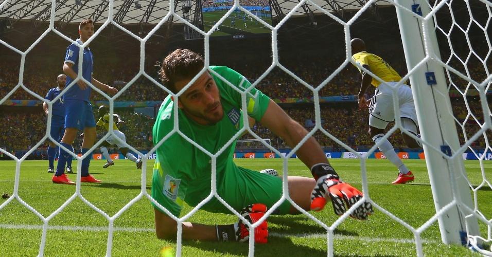 Goleiro da Grécia tenta alcançar bola chutada por Armero, mas não consegue e Colômbia abre o placar no Mineirão