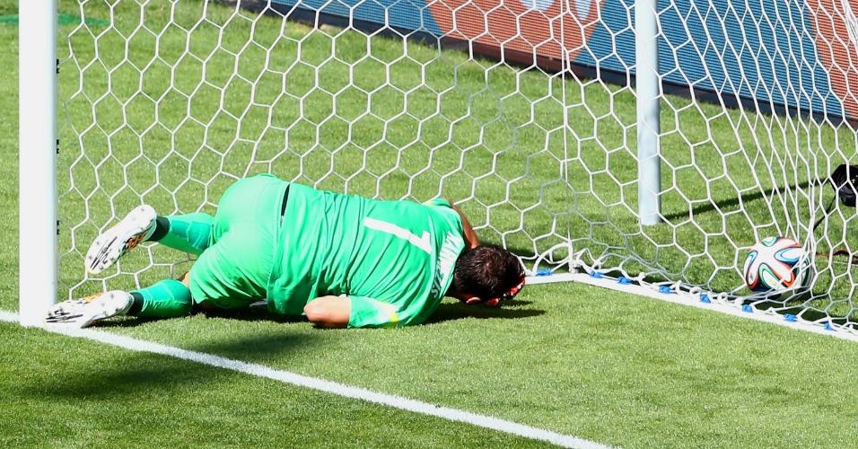 Goleiro grego, Orestis Karnezis, não consegue evitar gol de Armero e acaba deitado no fundo do gol
