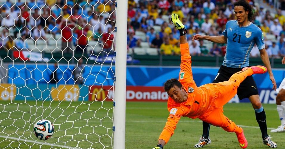 Goleiro Muslera se estica em lance que quase resultou em gol da Costa Rica contra o Uruguai, no Castelão