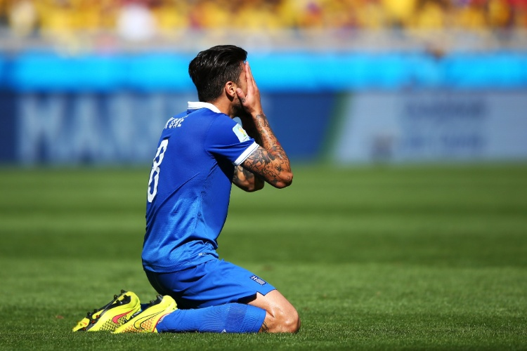 Grego Panagiotis Kone lamenta chance de gol perdida. Goleiro colombiano Ospina fez boa defesa no lance