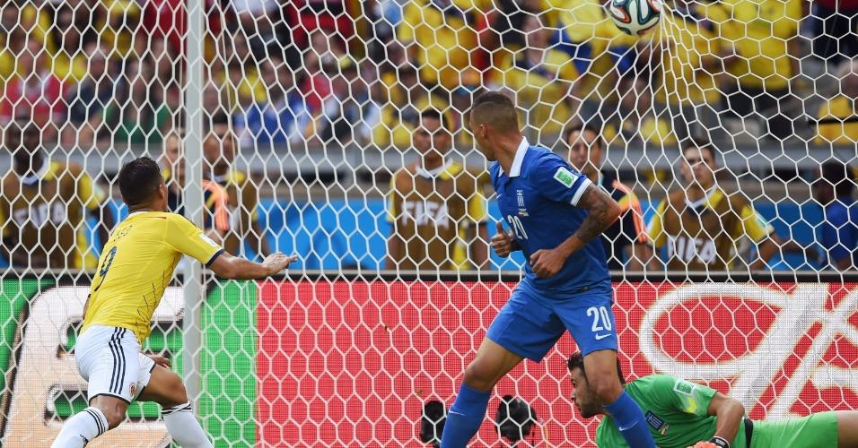 Gutierrez chuta de perna esquerda para marcar o segundo gol da Colômbia contra a Grécia, em Belo Horizonte