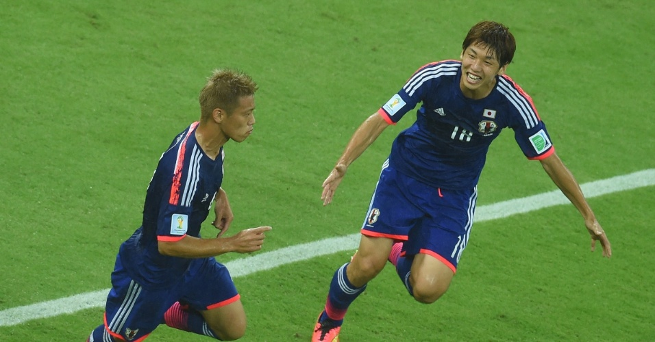 Honda comemora com Yuya Osako após abrir placar para o Japão contra a Costa do Marfim