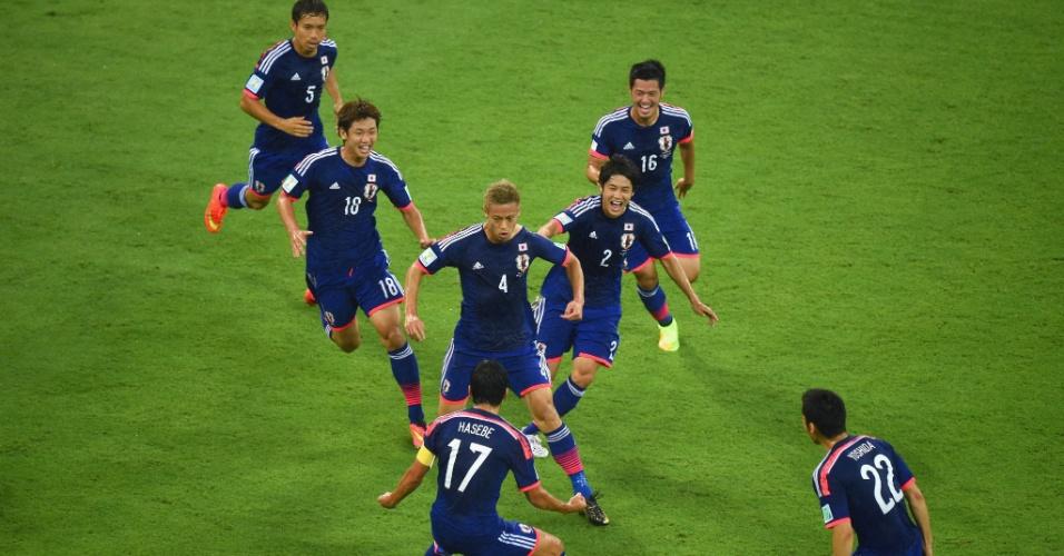 Honda e jogadores japoneses comemoram o primeiro gol da seleção nesta Copa do Mundo, contra a Costa do Marfim