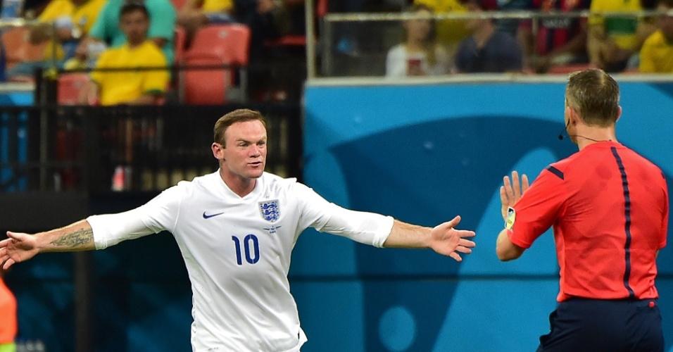 Inglês Wayne Rooney reclama com o árbitro Bjorn Kuipers no jogo contra a Itália