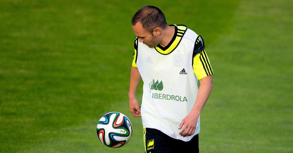 Iniesta brinca com a bola no CT da seleção espanhola, durante a preparação para a Copa