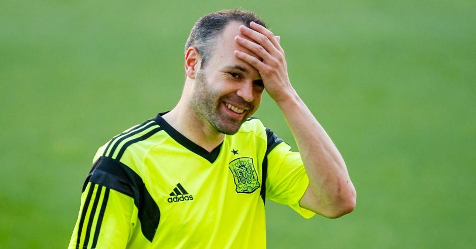 Iniesta deixa treinamento da Espanha. Time se prepara para a Copa do Mundo