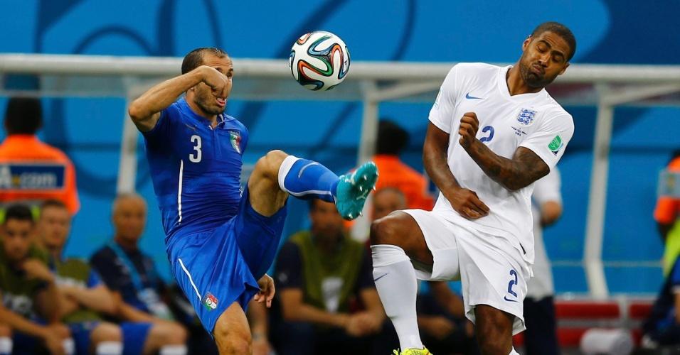 Italiano Chiellini divide a bola com o inglês Glen Johnson no clássico disputado na Arena Amazônia