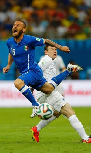Italiano Daniele De Rossi é derrubado por Wayne Rooney e