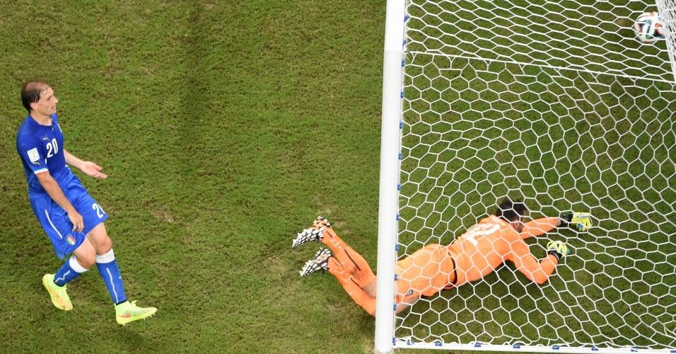 Italianos observam desolados a bola no fundo das redes após a finalização de Sturridge