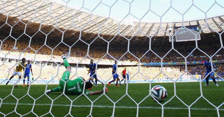James Rodriguez faz o terceiro gol da Colômbia contra a Grécia, no Mineirão
