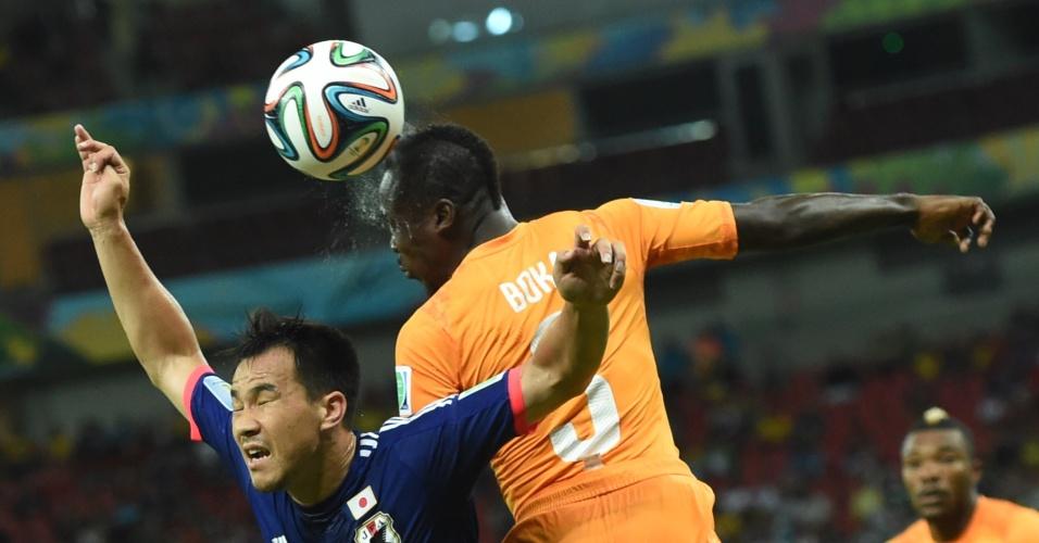 Japonês Shinji Okazaki briga pelo alto com Arthur Boka, da Costa do Marfim, na partida na Arena