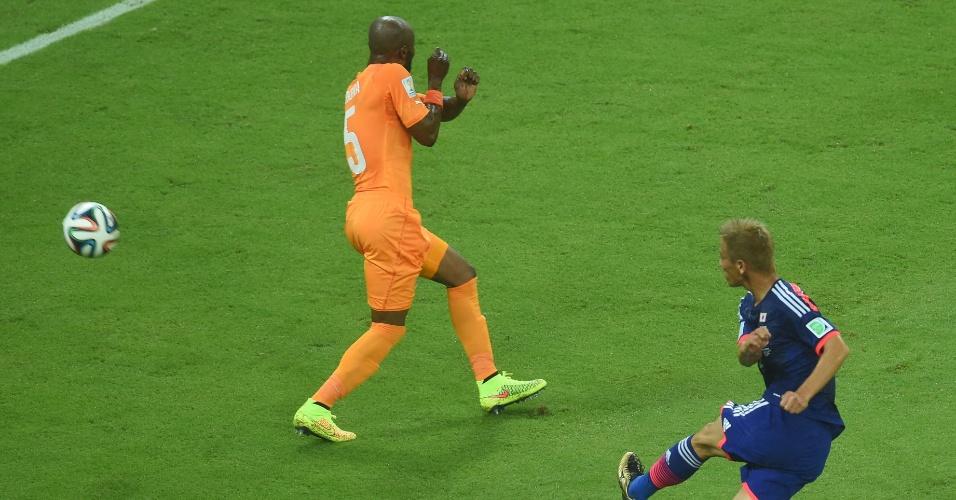 Japonês Honda finaliza forte a acerta o canto direito do gol da Costa do Marfim