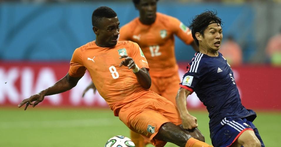 Japonês Masato Morishige não esconde a dor ao levar entrada de Salomon Kalou, no jogo do Japão contra a Costa do Marfim
