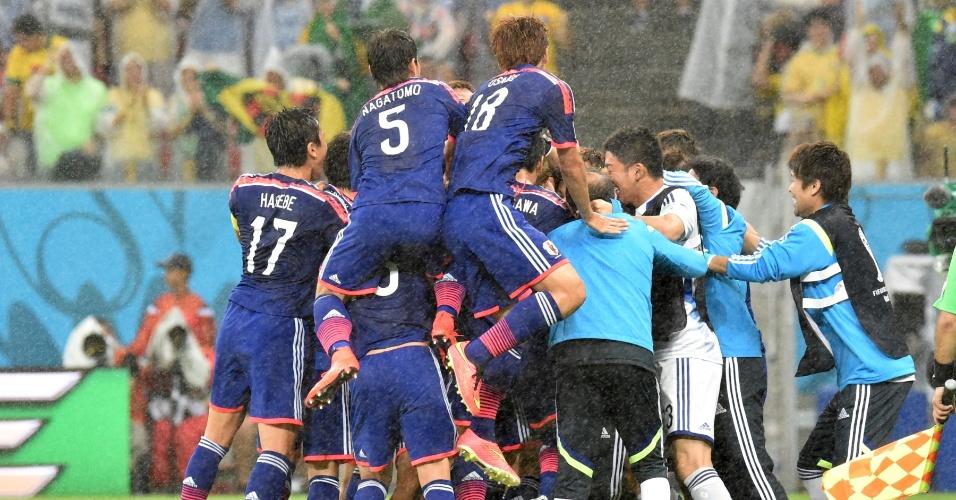 Japoneses comemoram após Honda abrir o placar contra a Costa do Marfim na Arena Pernambuco
