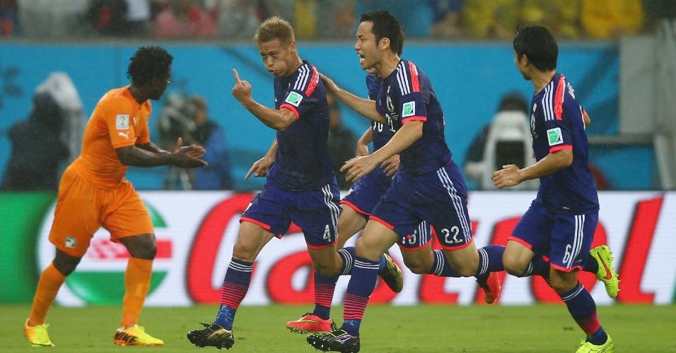 Japoneses comemoram o primeiro gol, enquanto a Costa do Marfim tenta se reerguer depois de sair atrás no placar