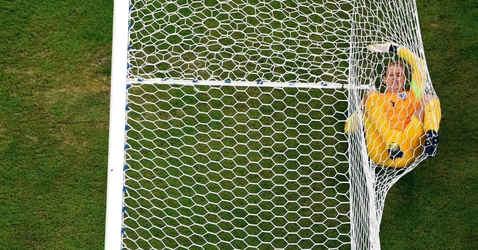 Joe Hart não defendeu o cabeceio de Balotelli, viu a Inglaterra ficar atrás no placar e ficou caído no fundo das redes da Arena Amazônia