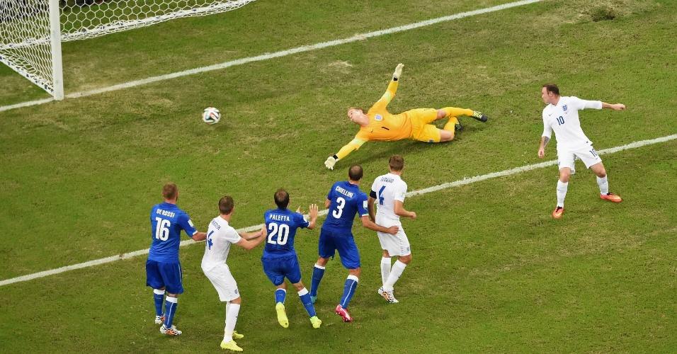 Joe Hart tenta, mas não impede que o certeiro chute de Marchisio resulte no primeiro gol da Itália contra a Inglaterra