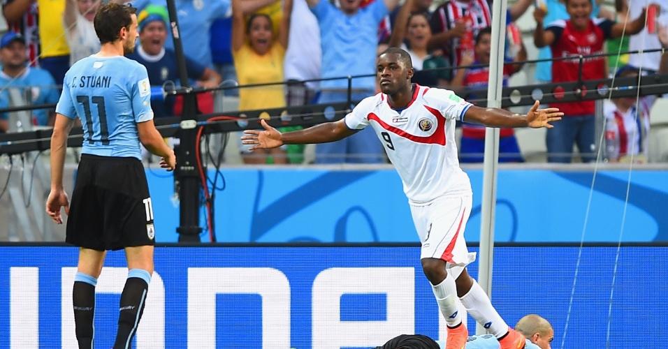 Joel Campbell, de Costa Rica, sai para comemorar após marcar na partida contra o Uruguai