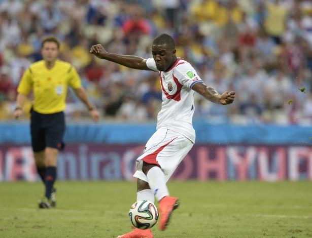 Joel Campbell finaliza para empatar o jogo para Costa Rica contra o Uruguai
