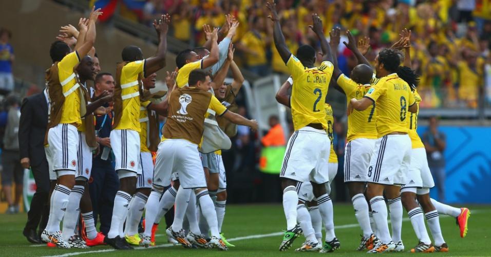 Jogadores colombianos comemoram gol de Pablo Armero contra a Grécia