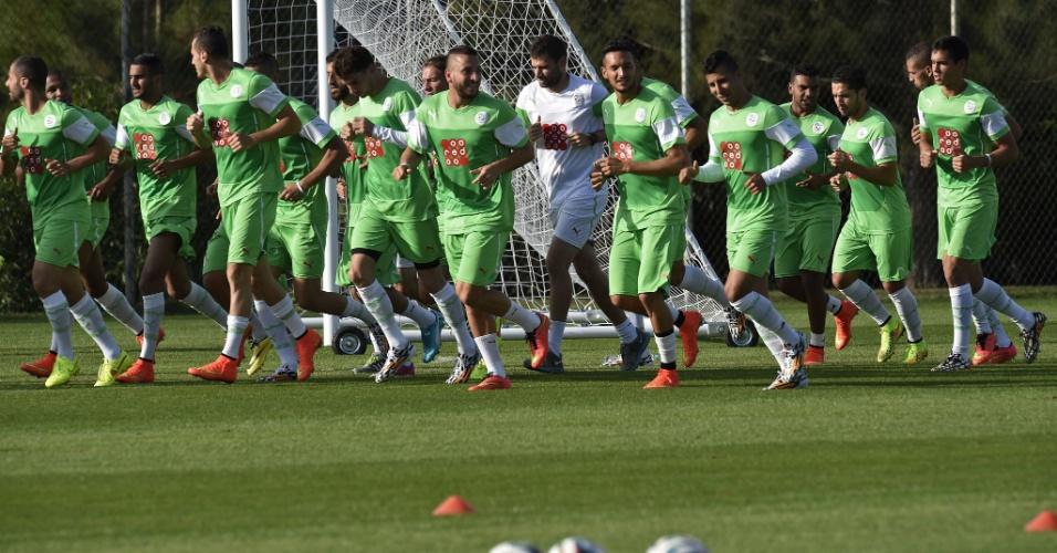 Jogadores da Argélia correm no campo durante treino na cidade de Sorocaba