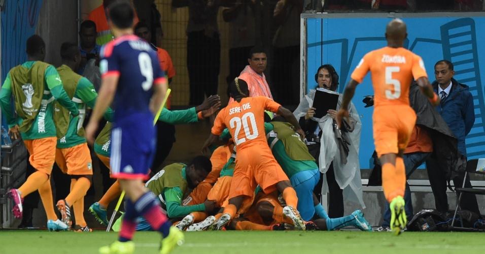 Jogadores da Costa do Marfim comemoram juntos o gol da virada contra o Japão