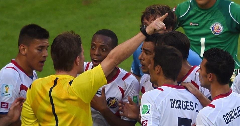 Jogadores da Costa Rica reclamam do pênalti marcado em favor do Uruguai