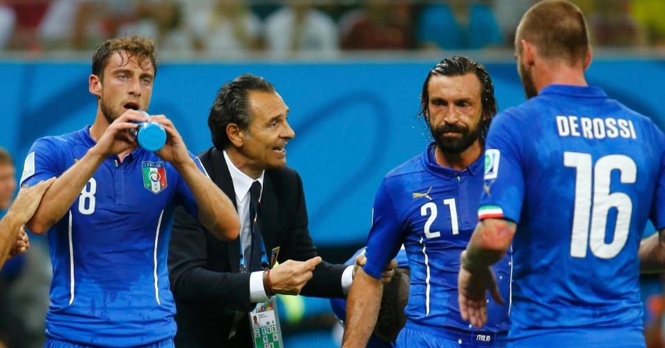 Jogadores da Itália aproveitam momento de descanso para se hidratar e ouvir orientações do técnico Cesare Prandelli