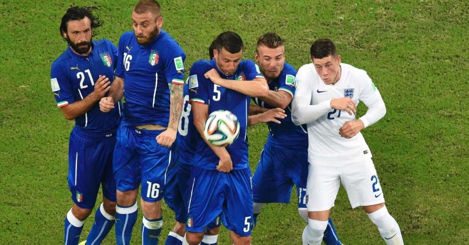 Jogadores da Itália tentam impedir a passagem da bola em cobrança de falta da seleção inglesa