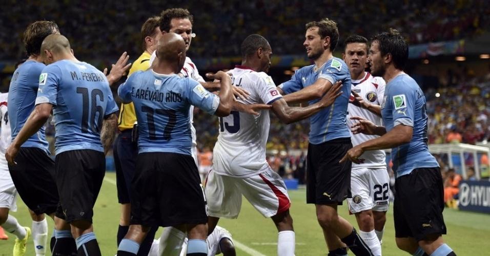 Jogadores de Uruguai e Costa Rica se estranham no final da partida disputada no Castelão