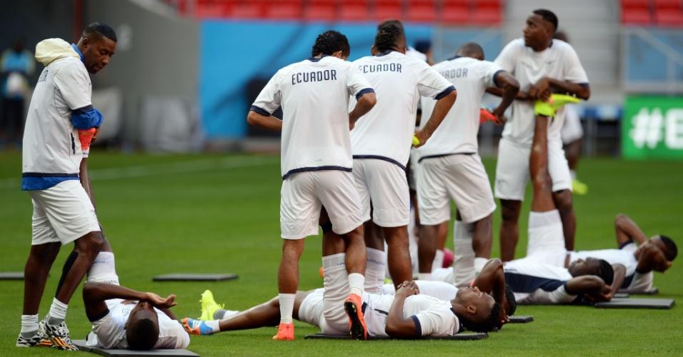 Jogadores do Equador fazem aquecimento antes de treino no estádio Mané Garrincha