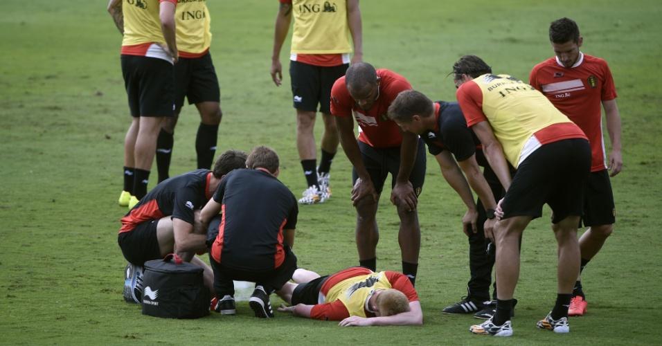 Kevin De Bruyne é atendido por médicos da Bélgica após sofrer lesão durante o treino da equipe